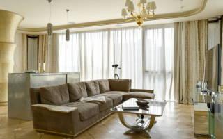 Интерьер гостиной с коричневым диваном