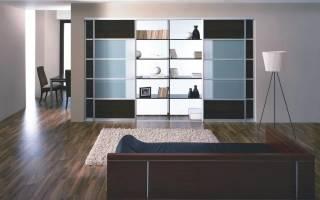 Интерьер гостиной со шкафами