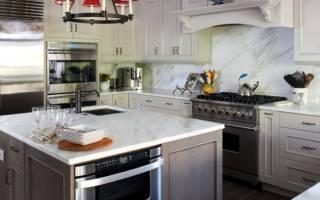 Интерьер кухни с серым гарнитуром