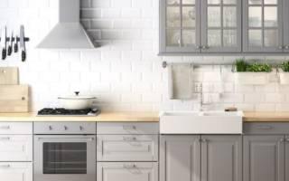 Интерьер кухни с серым полом