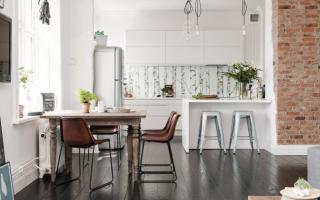 Интерьер кухни с темными полами