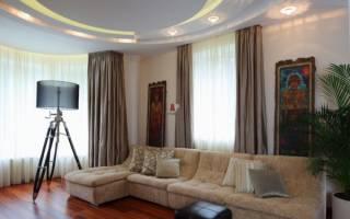 Интерьер гостиной с двумя окнами фото