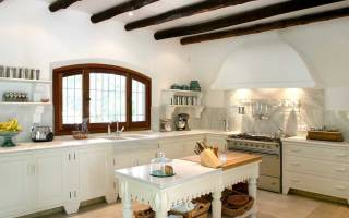 Интерьер кухни с балками