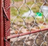 Как закрепить сетку рабицу к металлическим столбам