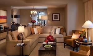 Интерьер гостиной с бежевым диваном