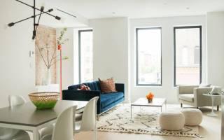 Интерьер гостиной с бирюзовым диваном